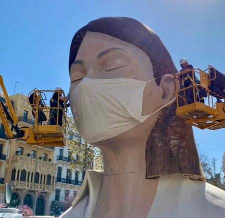 Huge statue in Valencia with anti0virus mask